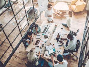 Personnes travaillant dans un bureau moderne
